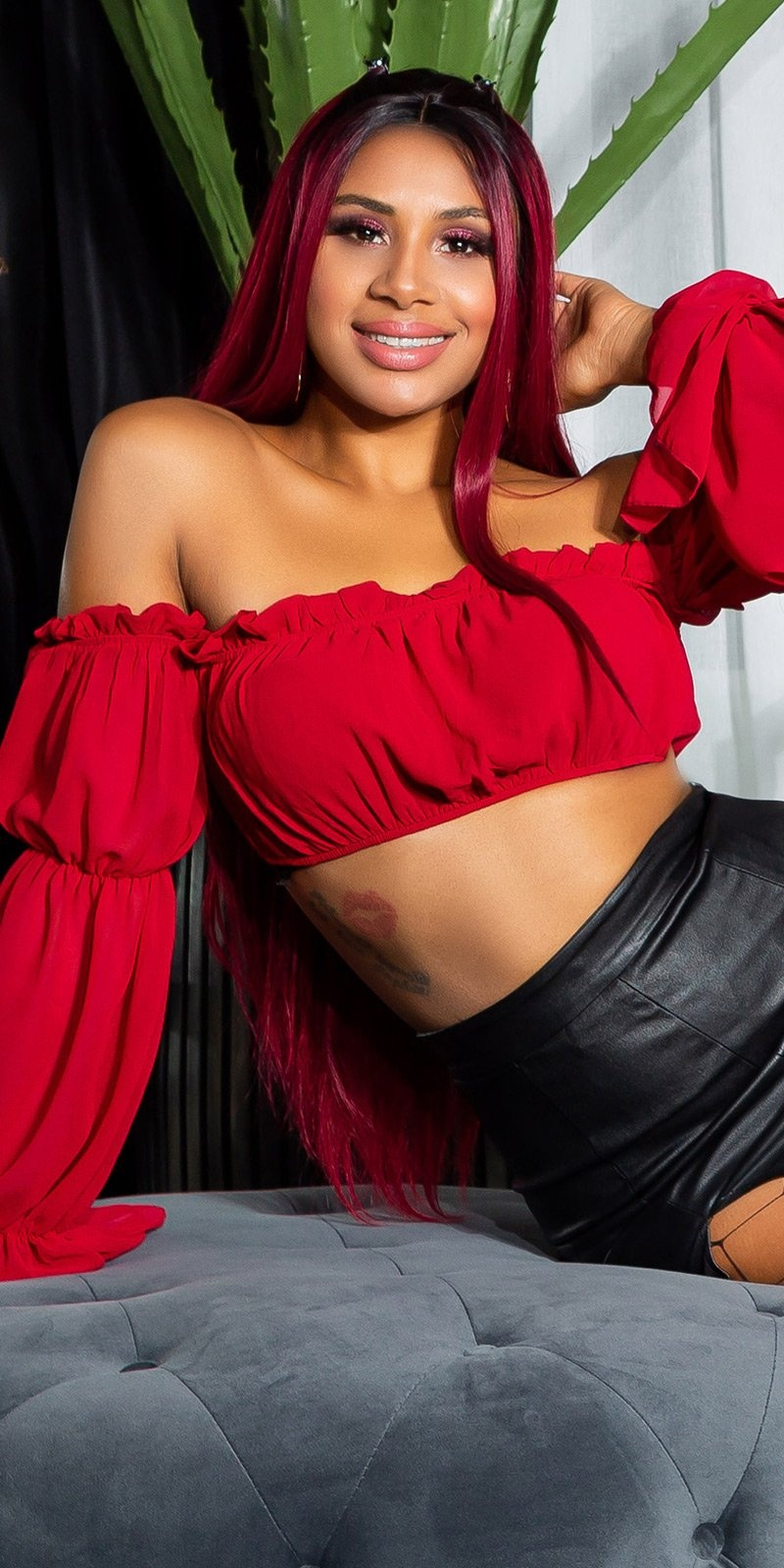 Sexy latina crop-top bordeaux