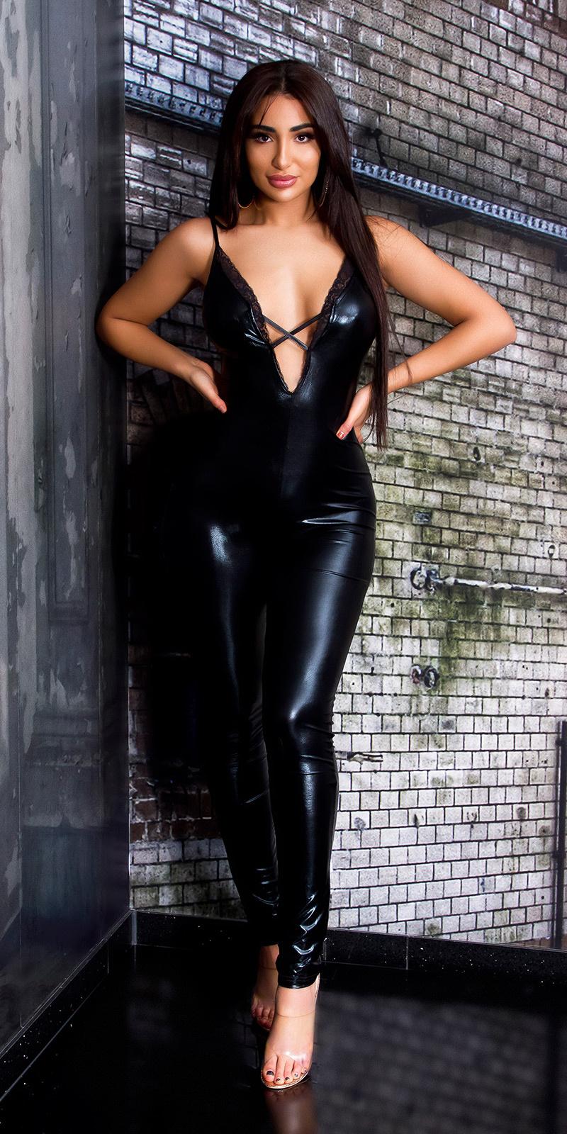 Sexy wetlook katsuit met diepe v-halter zwart