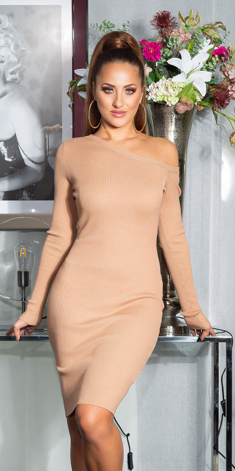 Sexy een-schouder gebreide jurk met decoratieve knopen beige