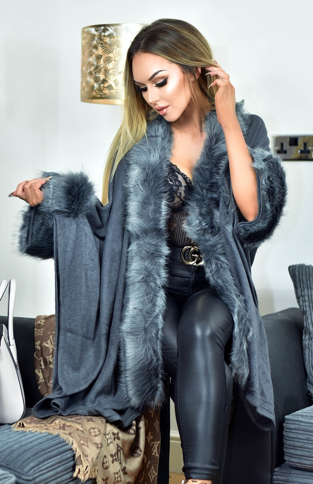 Carla faux fur sleeved cape grijs