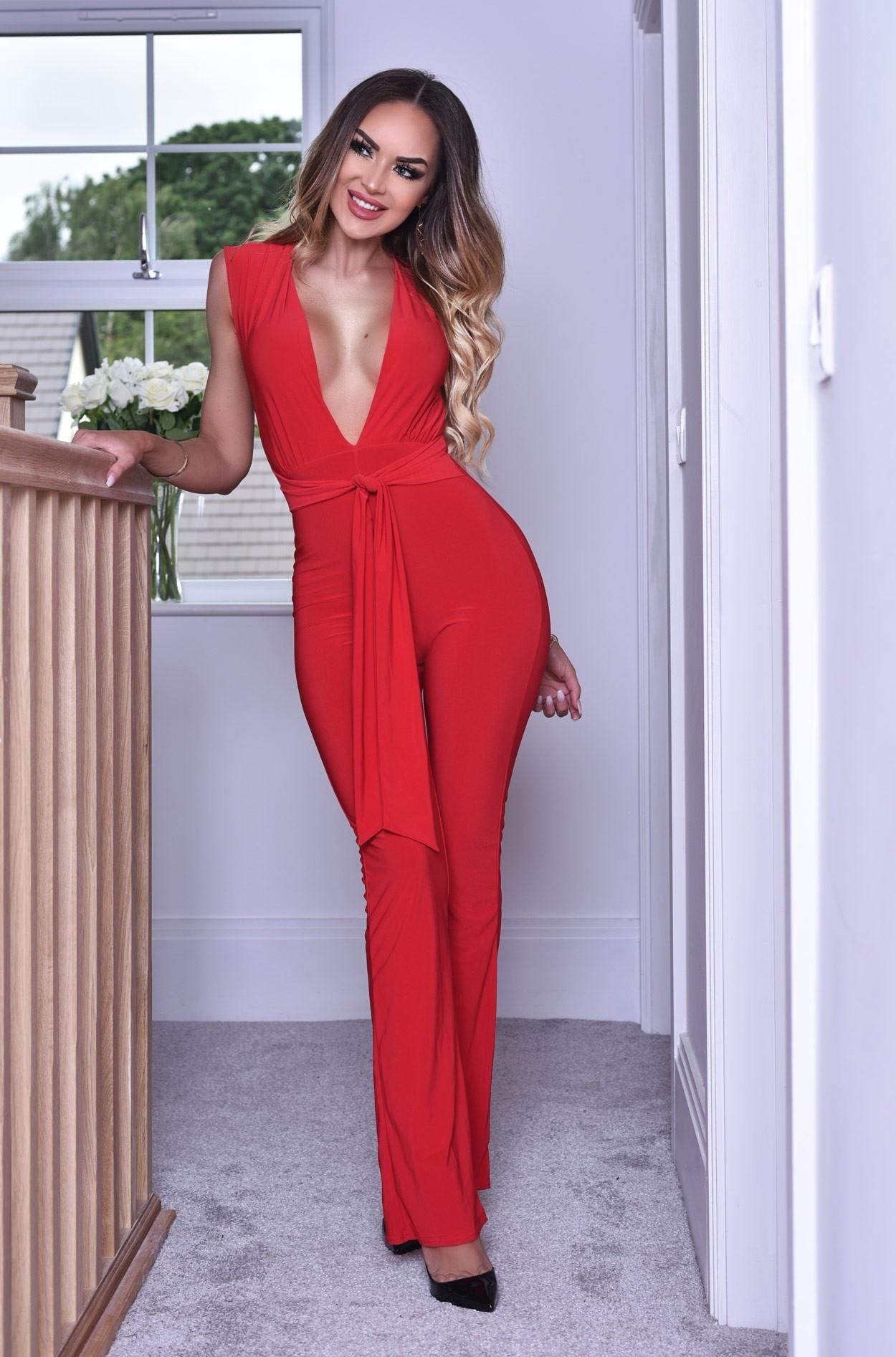 Anthea jumpsuit met diepe v-hals en riem rood